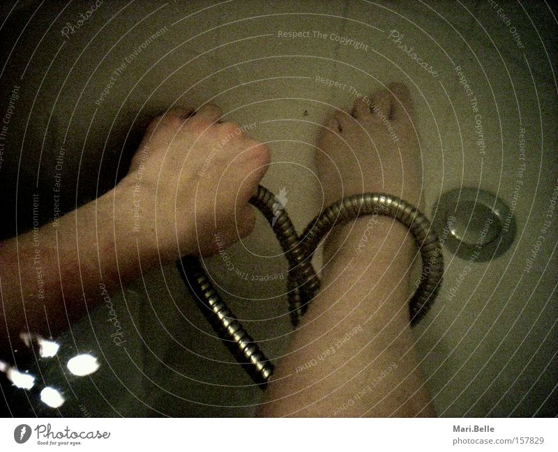 Fang mich Hand Wasser dunkel Fuß Angst Schmerz Badewanne Panik Schlaufe