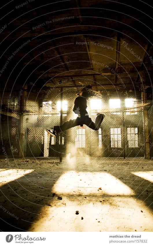 HÄSCHEN HÜPF Mann alt Sonne springen fliegen hoch Luftverkehr Aktion Fabrik verfallen Schatten Extremsport Maschendrahtzaun