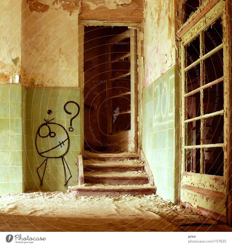 Erwartung? Altbau Etage Flur dreckig Tagger Renovieren verfallen Örtlichkeit Architektur Angst Panik Tür Einsamkeit Treppe Hausbesetzer Anstreicher Location