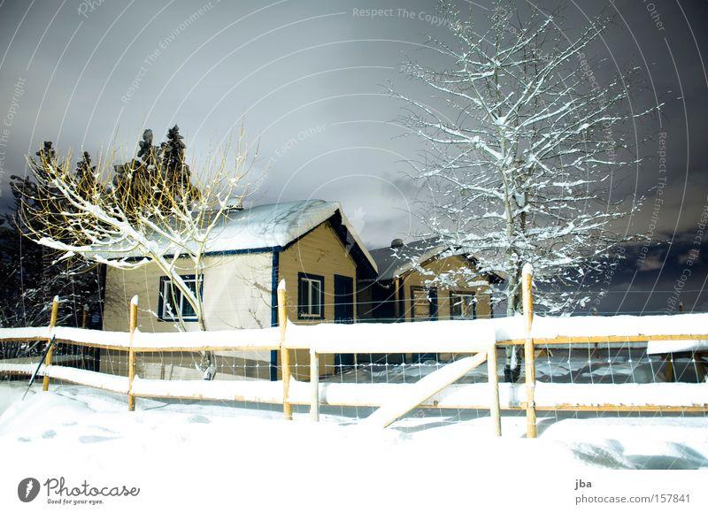 dort drüben... Haus Hütte Zaun Baum Schnee Winter Einsamkeit ruhig Holz Neuschnee Wolken hell Nacht Ast Langzeitbelichtung spukhaft