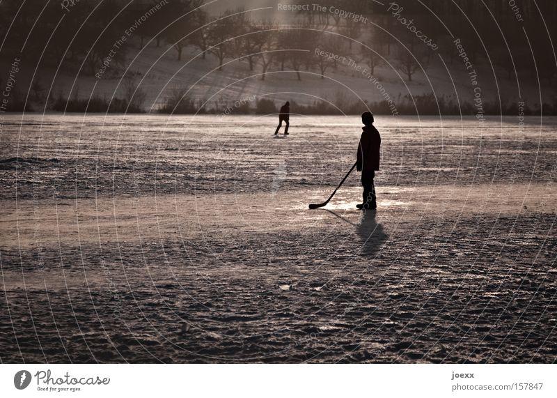 Keiner spielt mit mir … Kind Winter Einsamkeit Junge Spielen Eis gefroren Wintersport Schlittschuhlaufen Eisfläche Eishockey Feldhockey