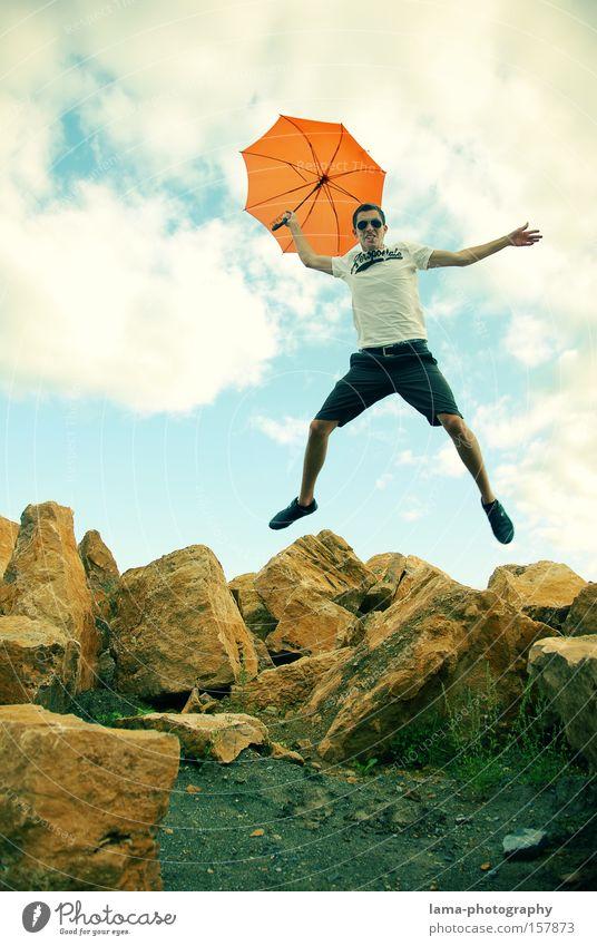 Lande-AAAHHH-nflug Jugendliche Sommer Freude Spielen springen Felsen fliegen Aktion Regenschirm Sonnenschirm Schirm Fallschirm Wetterschutz Sturzflug Bruchlandung