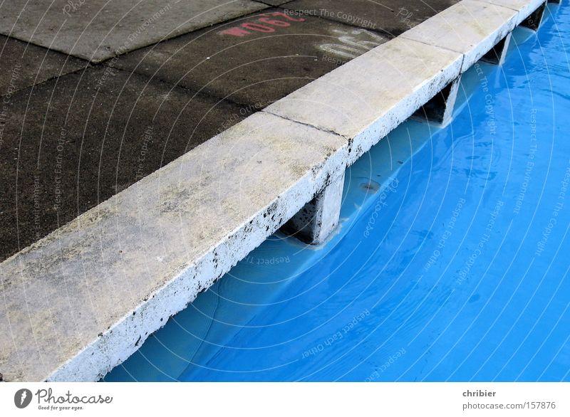 Wasserkante Sommer Freude Spielen springen nass Beton Ecke Schwimmbad Grenze spritzen Freibad