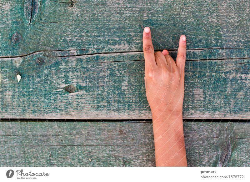 vulgär mit einem Handzeichen gemacht Mensch Frau Mann alt grün weiß Baum Mädchen schwarz Erwachsene Junge Holz Schule braun Finger