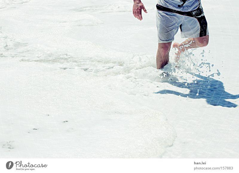 Sportlich Strand Schaum Meer Beine Hose Trainingshose Badehose laufen gehen Schatten weiß Schwimmen & Baden Wasser nass Mann Spielen Kraft Fitness