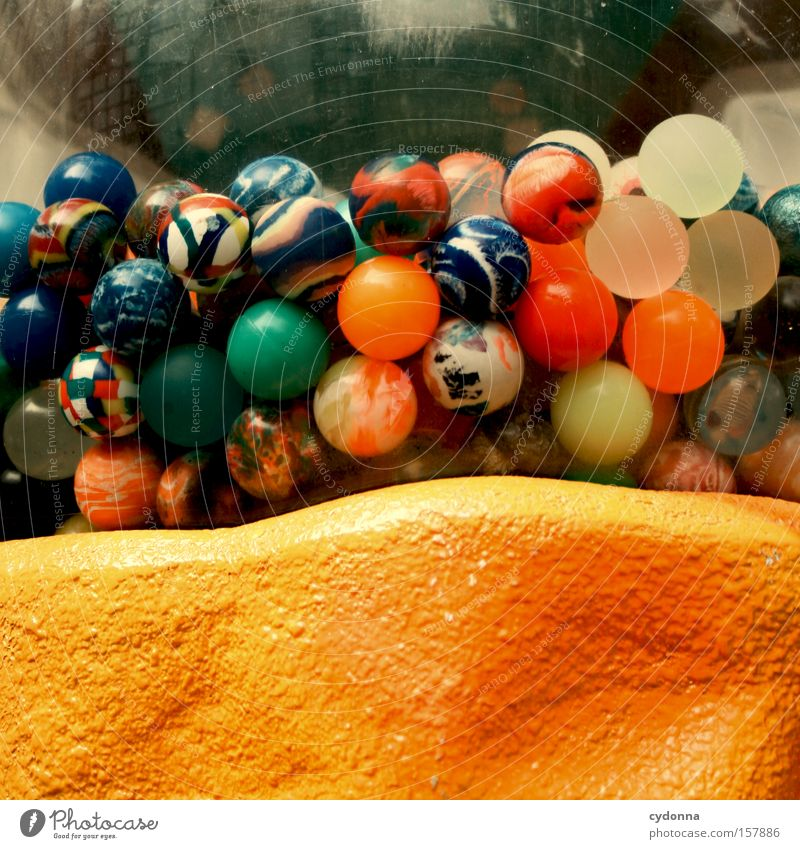 Wahrscheinlichkeitsrechnung mehrfarbig Glück Erfolg Sammlung Kunststoff Kitsch trashig Gefühle Leidenschaft Murmel Gummiball Automat Anhäufung Zufall Ausgabe