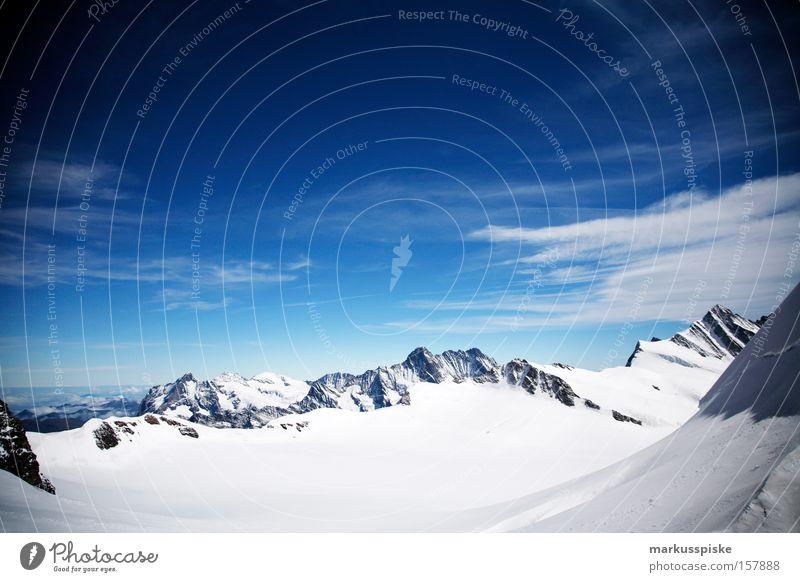 ewigschneefeld Wolken Ferne kalt Schnee Berge u. Gebirge Schweiz Gipfel Schönes Wetter Blauer Himmel Schneebedeckte Gipfel alpin Berner Oberland