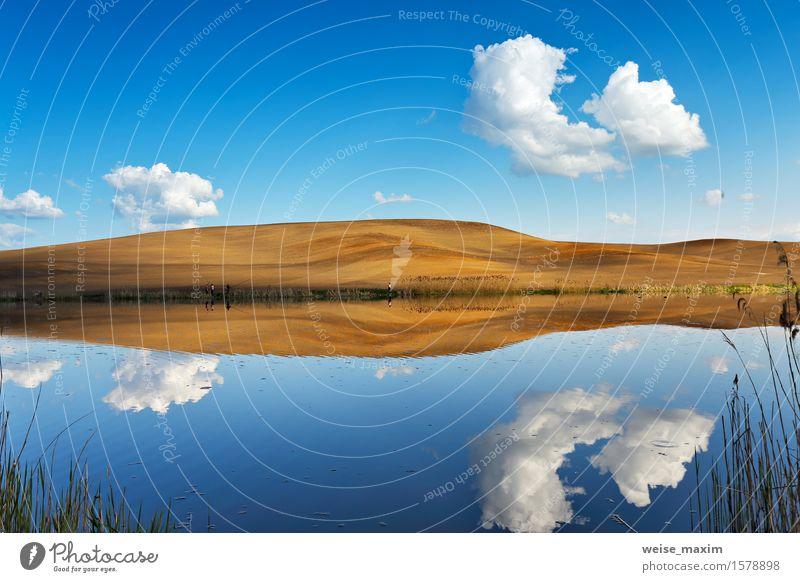 Angeln auf ruhigem Wasser. Hügel und Himmel hinter einem See Natur Ferien & Urlaub & Reisen Pflanze blau grün schön Sommer weiß Landschaft Wolken Umwelt gelb