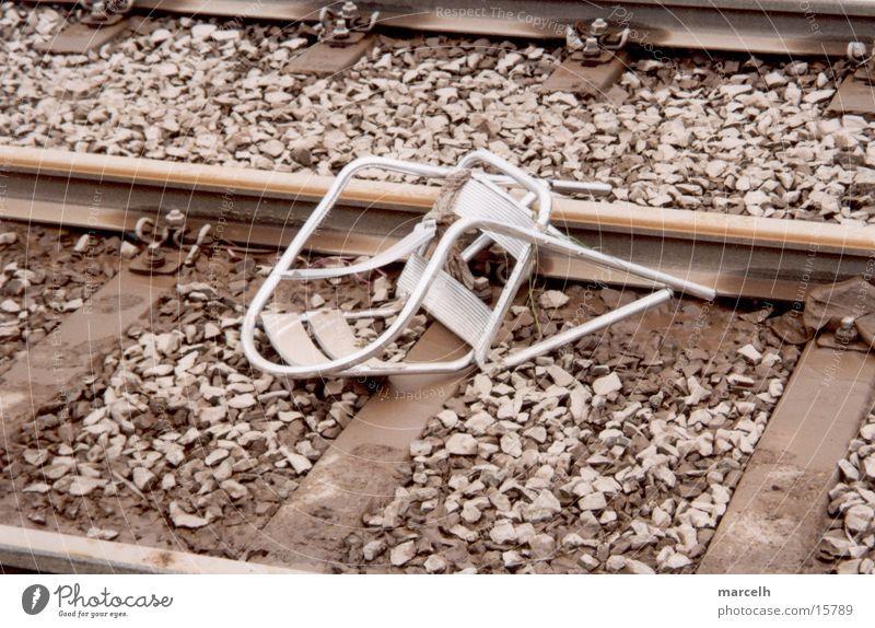 Stuhl Gleise Unfall Sturz Tragödie gefährlich Angst Panik kapput silber Cafe-Stuhl