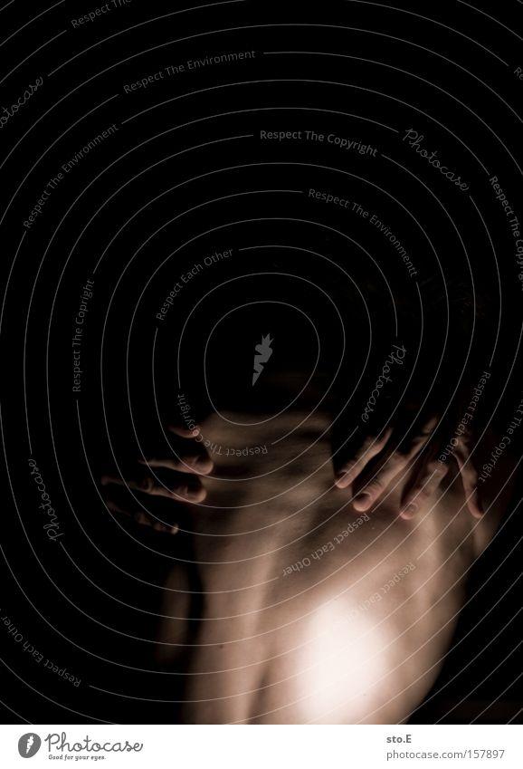 species pt.4 Akt nackt Oberkörper Mensch Mann Rücken Arme schwarz Kunstlicht Lebewesen Außerirdischer Schatten Körper Muskulatur Hand Angst Panik