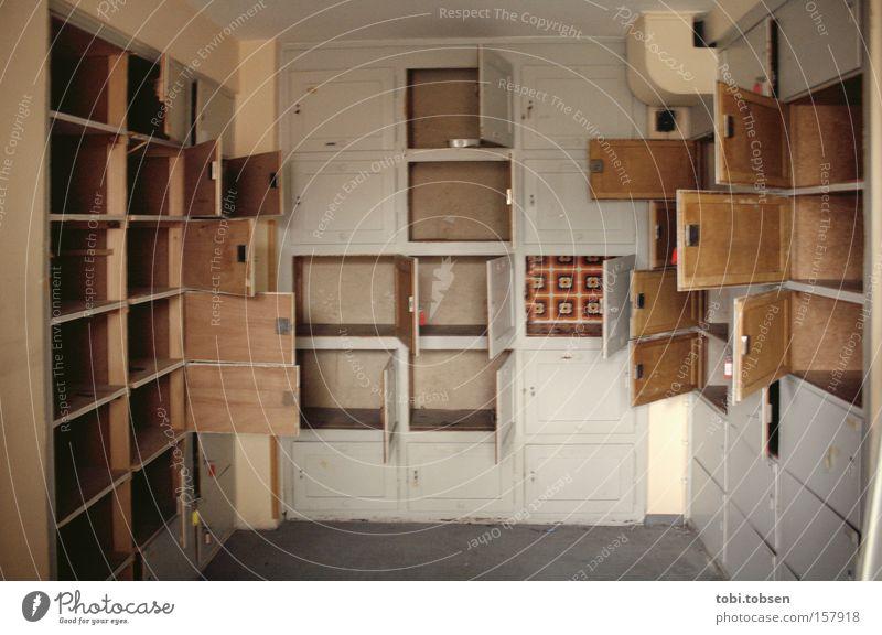 NICHTS MEHR ZU HOLEN ! Schrank Klappe Schublade Tür parken Kammer Einsamkeit alt leer Wiesbaden ausräumen Fass Schließfach Raum verfallen Vergänglichkeit Flur