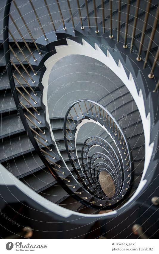 Abwärtsspirale I Treppe ästhetisch elegant grau weiß Symmetrie Treppenhaus Wendeltreppe Treppengeländer Spirale Innenarchitektur Farbfoto Innenaufnahme