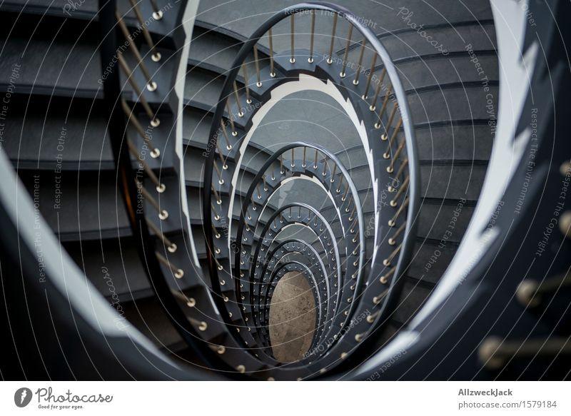 Abwärtsspirale II Treppe ästhetisch elegant grau weiß Symmetrie Treppenhaus Wendeltreppe Treppengeländer Spirale Innenarchitektur Farbfoto Innenaufnahme