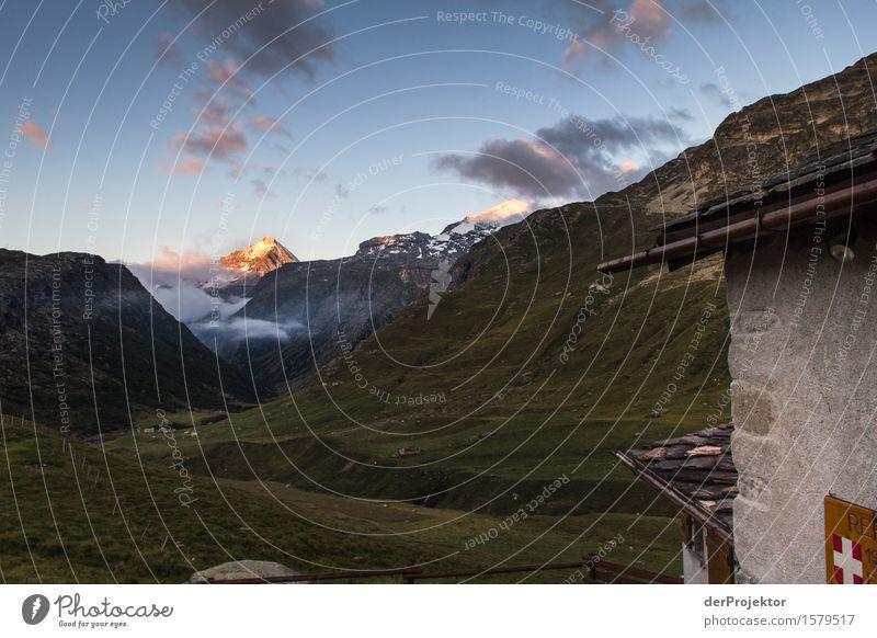 Von Sonne angestrahlter Berg in Savoien am Abend Zentralperspektive Starke Tiefenschärfe Sonnenstrahlen Sonnenlicht Lichterscheinung Silhouette Kontrast