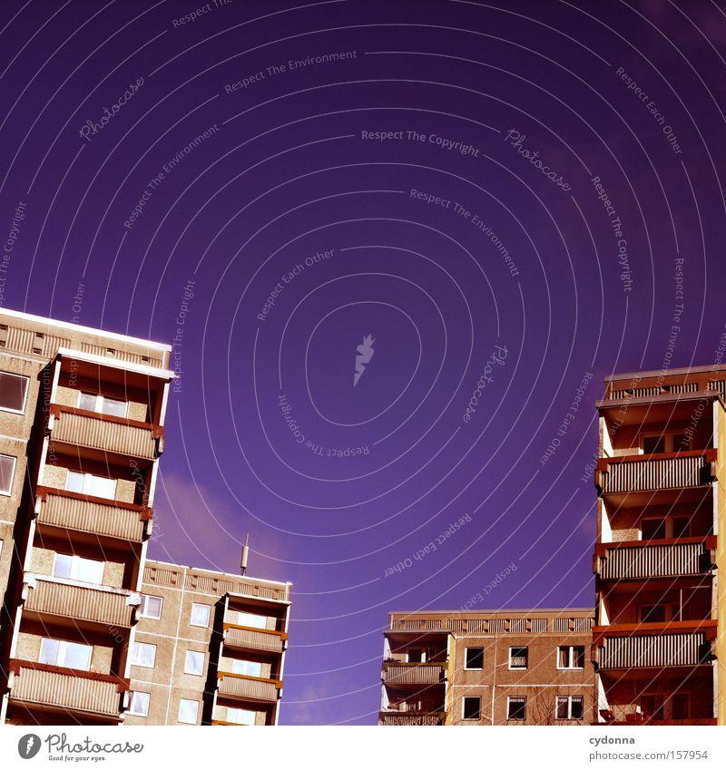 Häuserschlucht Himmel Haus Leben Beton Kommunizieren Häusliches Leben Balkon DDR Nostalgie Wohlgefühl Block Heimat Plattenbau Ostalgie Wohngebiet