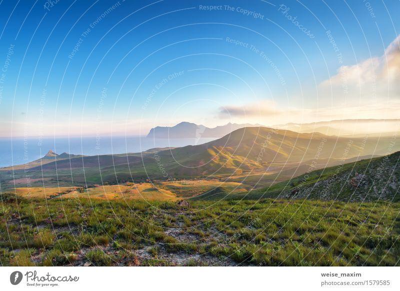 Frühlingssonnenuntergang in den Bergen. Seeküste und Hügel Himmel Natur blau grün schön Sommer Meer Landschaft Wolken Berge u. Gebirge Wiese Gras hell Felsen
