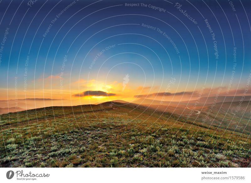Bunter Sonnenuntergang des Frühlinges in den Hügeln Himmel Natur blau grün Sommer Landschaft Wolken Berge u. Gebirge gelb Wiese Gras wild Nebel Wachstum