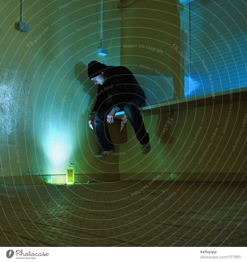 waschmittelwerbung Flasche Mensch Lampe Beleuchtung Licht sitzen hocken Holzbrett Balken Farbe Farbstoff grün Waschmittel Mann