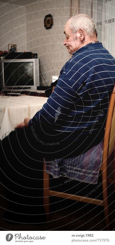 Resignation Stuhl Tisch Wohnzimmer Mann Erwachsene Großvater Senior 1 Mensch 60 und älter alt sitzen Traurigkeit authentisch Stimmung Sorge Trauer Unlust