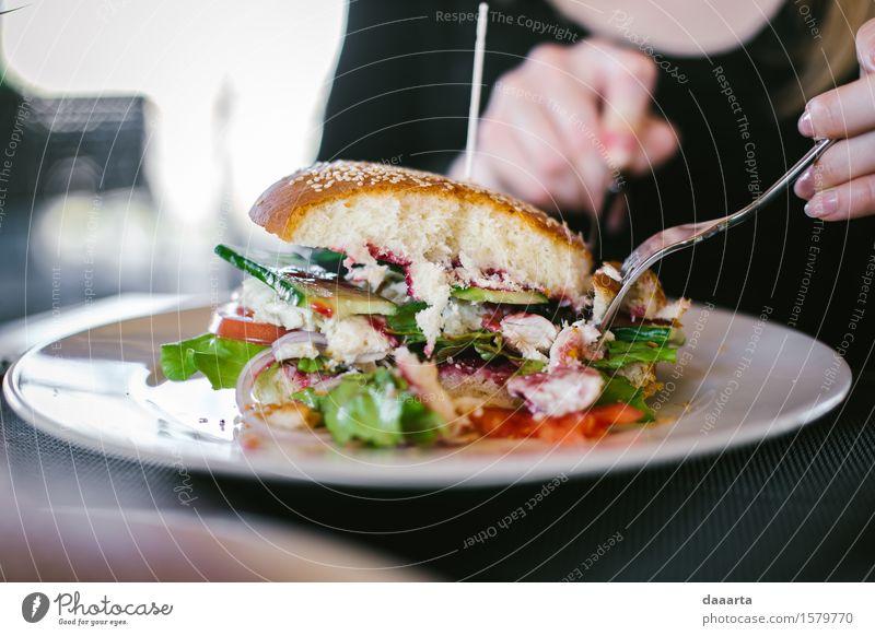 Burger Mittagessen Lebensmittel Fisch Gemüse Salat Salatbeilage Brot Fischburger Gurke Zwiebel Tomate Ernährung Essen Fastfood Teller Messer Gabel Lifestyle