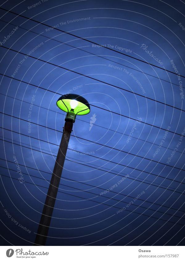 / Himmel blau Wolken Beleuchtung Kabel Laterne Stahlkabel Strommast Straßenbeleuchtung Hochspannungsleitung Telefonmast Vignettierung liniert