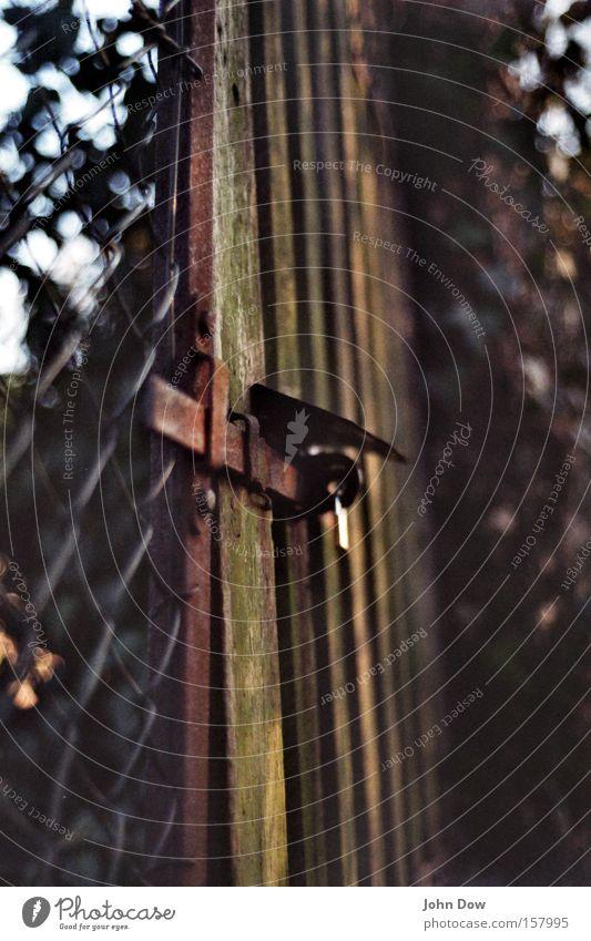 """Der geheime Garten"" Garten Park geschlossen Grenze Jahreszeiten Eingang Zaun Trennung schließen Gartenarbeit Riegel Schrebergarten Vorhängeschloss Gartentor Holztor"