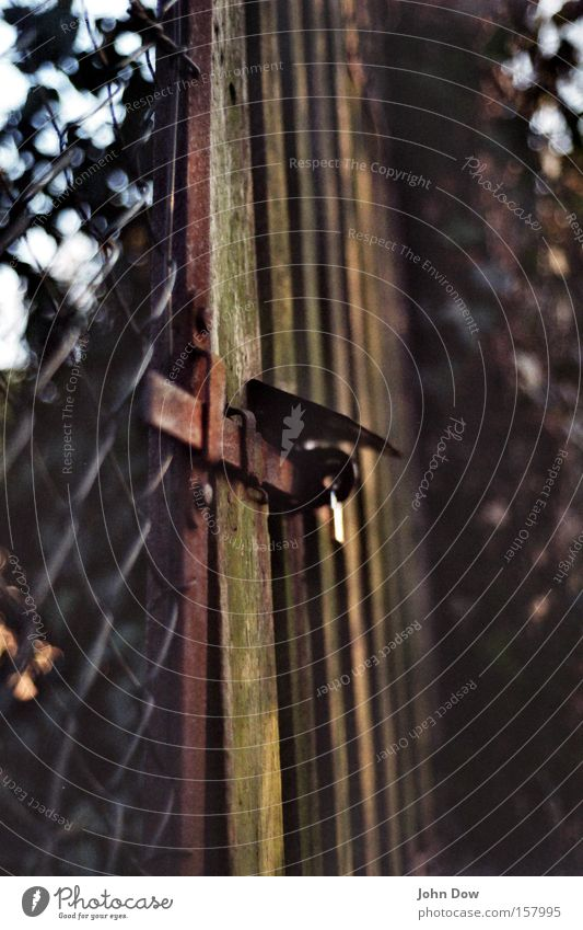 """Der geheime Garten"" Park geschlossen Grenze Jahreszeiten Eingang Zaun Trennung schließen Gartenarbeit Riegel Schrebergarten Vorhängeschloss Gartentor Holztor"