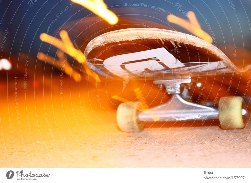 Rollin lights Farbfoto Außenaufnahme Experiment Textfreiraum unten Nacht Licht Starke Tiefenschärfe Freizeit & Hobby Wärme kalt Skateboarding rollen