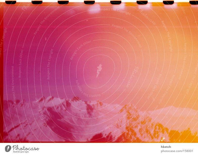 Alpenglühen Himmel Winter Ferien & Urlaub & Reisen kalt Schnee Erholung Berge u. Gebirge orange rosa Färbung Light leak Farbfilter Schneebedeckte Gipfel