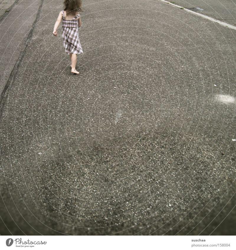 durchs dorf marschieren Kind Mädchen Straße laufen Asphalt schreiten zielstrebig Gangart Schrittgeschwindigkeit