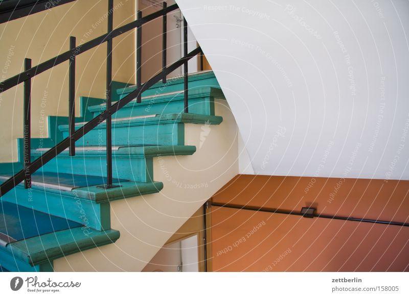 Treppenhaus Niveau Haus Bürogebäude Geländer Treppengeländer Treppenabsatz aufsteigen Karriere Detailaufnahme
