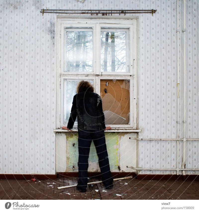 ... und sie kommt nicht. Mann ruhig Fenster Raum warten Wohnung Zeit Trauer stehen Körperhaltung Sehnsucht Tapete Verfall Wohnzimmer Verzweiflung Erwartung