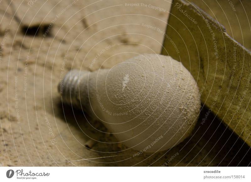 100 Watt Lampe Arbeit & Erwerbstätigkeit Glas Industrie gefährlich Werkstatt Glühbirne Kiste Staub Schachtel Umweltverschmutzung Hobelbank Drehgewinde