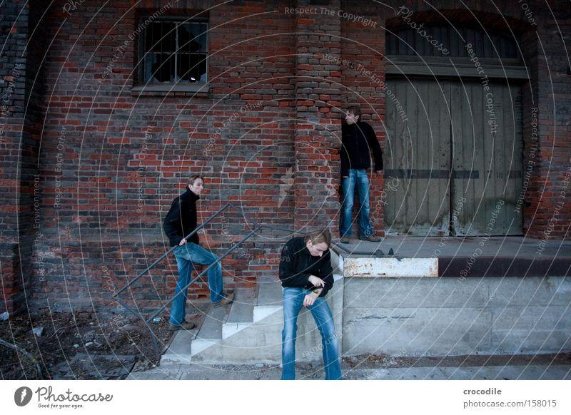 wo bleibt er denn schon wieder...? Bahnhof Lagerhalle Selbstportrait verstecken erschrecken warten Einsamkeit Langeweile Tür Jeanshose Jeansstoff Mann gehen