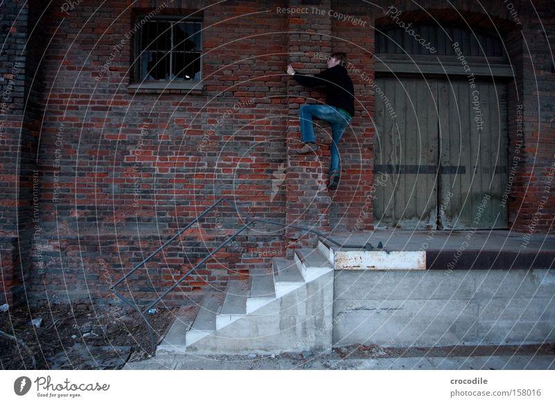 Industriekletterer Bahnhof Lagerhalle Selbstportrait Klettern festhalten Einsamkeit Langeweile Tür Jeanshose Jeansstoff Mann gehen Treppe Säule Kraft
