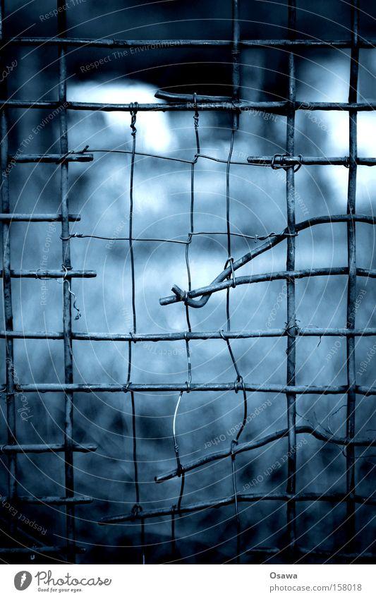 # blau Einsamkeit Metall kaputt Sicherheit Trauer Zaun Quadrat Stahl Rost Barriere Verzweiflung Draht Gitter Isolierung (Material) Reparatur