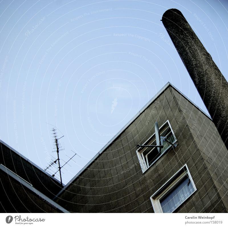 Köln grafisch. Himmel blau Haus Fenster Linie Vorhang Strommast Schornstein Gardine Antenne graphisch Plattenbau Satellitenantenne