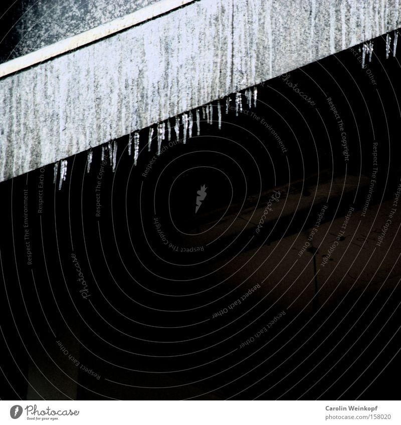 Köln winterlich. Wasser Haus Eis Linie Beton Baustelle gefroren Material graphisch Demontage Eiszapfen Zerreißen Abrissgebäude