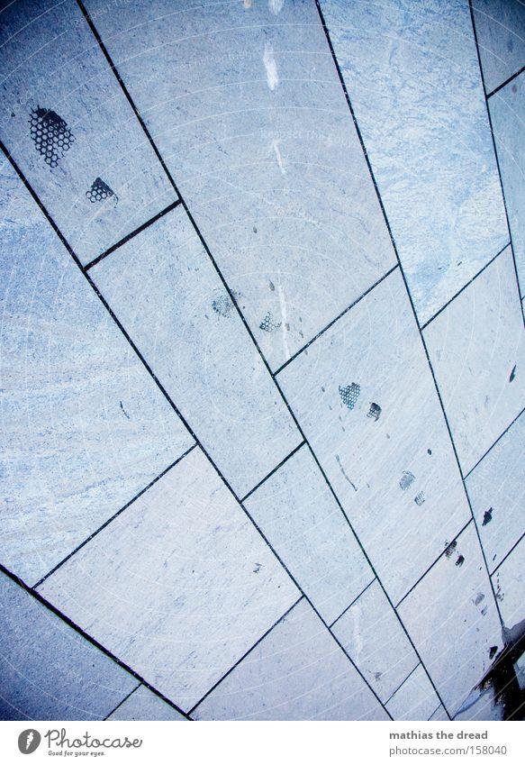 AUF LEISEN SOHLEN blau schön Linie gehen nass laufen Bodenbelag Vergänglichkeit Spuren feucht Fußspur Verkehrswege Maserung Marmor platt verfolgen