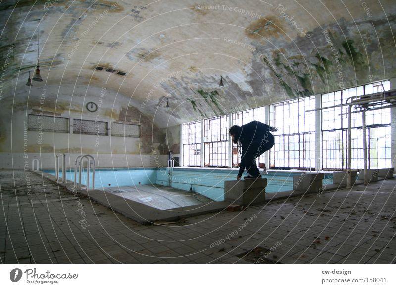 Endlich Nichtschwimmer pt.I Schwimmhalle alt Einsamkeit Architektur Schwimmbad leer trist Körperhaltung Sportler sportlich Mensch Mann maskulin Rastalocken