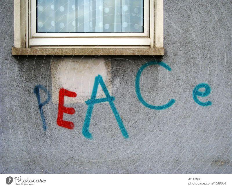 P E A C e Farbfoto Außenaufnahme Totale Stil harmonisch Fassade Fenster Schriftzeichen Graffiti frei mehrfarbig Toleranz Weisheit Zufriedenheit Frieden Krieg