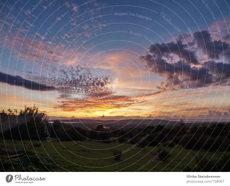 Sonnenuntergang über Landschaft auf Sardinien Farbfoto Außenaufnahme Textfreiraum unten Abend Dämmerung Schatten Sonnenlicht Erholung ruhig