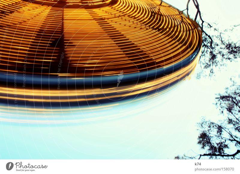 spinning wheel fliegen drehen UFO Untertasse Karussell Scheibe Bewegung Weltall fantastisch Space Shuttle Geschwindigkeit Luftverkehr obskur Jahrmarkt