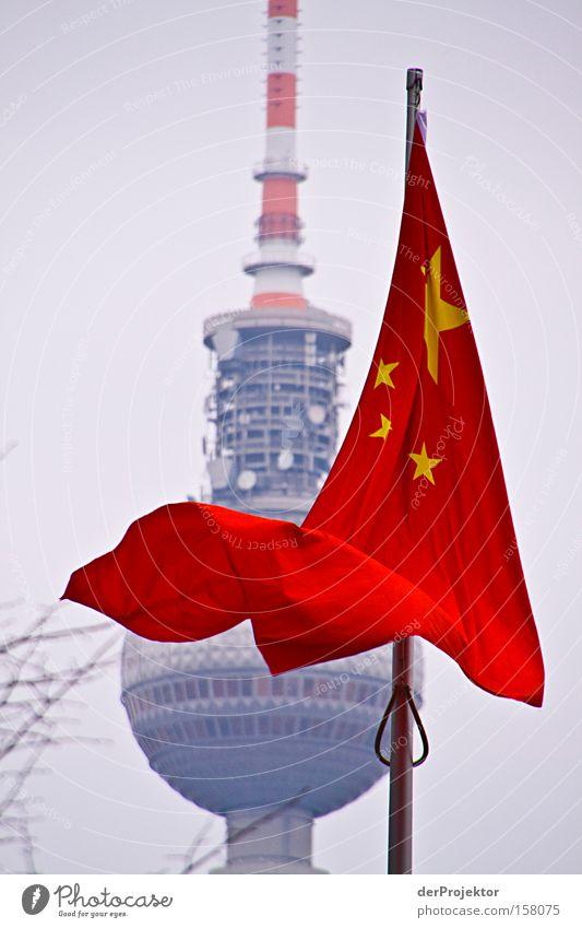 Berlin ist rot. Himmel Winter Farbe kalt Architektur Stern (Symbol) Fahne Turm Information Mitte China Strommast Berliner Fernsehturm