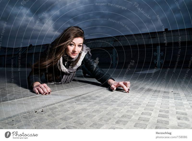 Fotografenjagd Frau Himmel Wolken kalt Beton Kommunizieren Leidenschaft Jagd Licht krabbeln Photo-Shooting Beruf