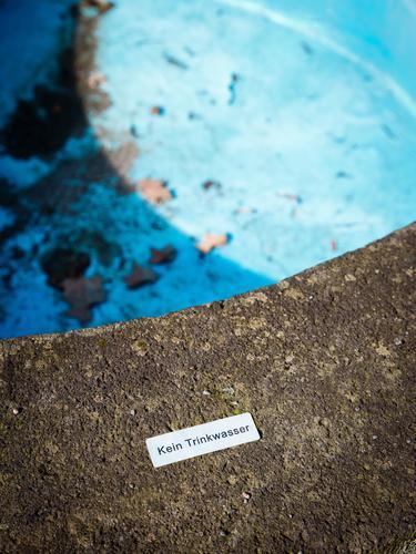 weil leer blau Wasser grau authentisch Schriftzeichen Trinkwasser Hinweisschild bedrohlich Schönes Wetter Macht Sehnsucht Symbole & Metaphern Brunnen