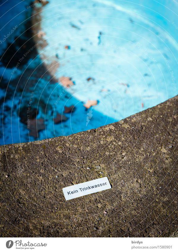 weil leer Trinkwasser Wasser Schönes Wetter Brunnen Schriftzeichen Hinweisschild Warnschild authentisch blau grau Macht Durst Sehnsucht Verzweiflung bedrohlich