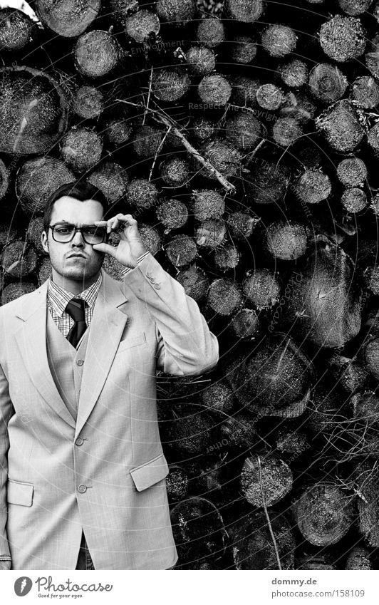 angenehm Karl-Heinz Mann Kerl Anzug Jacke Krawatte dumm doof Spießer Holz Brille trist befangen Schwarzweißfoto Außenaufnahme Blick in die Kamera