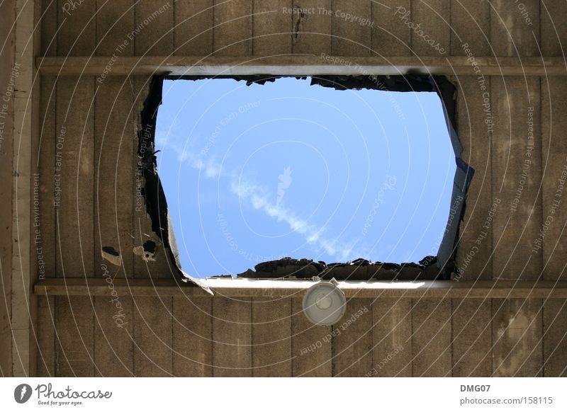 Durchblick Stil Sommer Lampe Himmel Wolken Ruine Architektur Beton Holz blau Demontage Durchbruch Industriefotografie Loch grau Fabrik Decke himmelblau Farbfoto