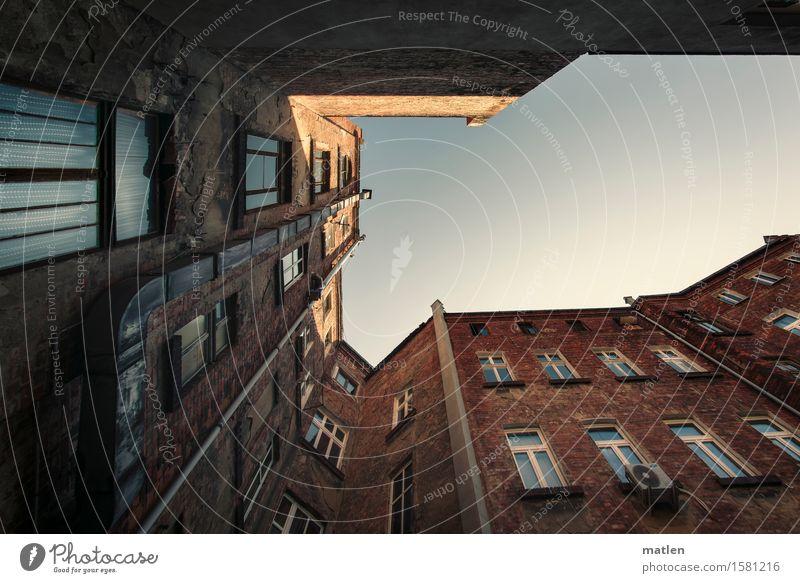 Blick zur Sonne Himmel Wolkenloser Himmel Schönes Wetter Stadt Stadtzentrum Altstadt Menschenleer Haus Gebäude Mauer Wand Fassade Fenster Tür Dachrinne
